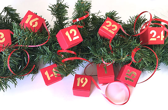 Adventskalender, 24 Schachteln mit Zahlen gold geprägt
