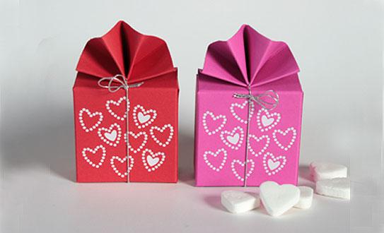 Geschenkschachtel-FA-2- mit Herzen, 6x6x3 cm, rot und pink
