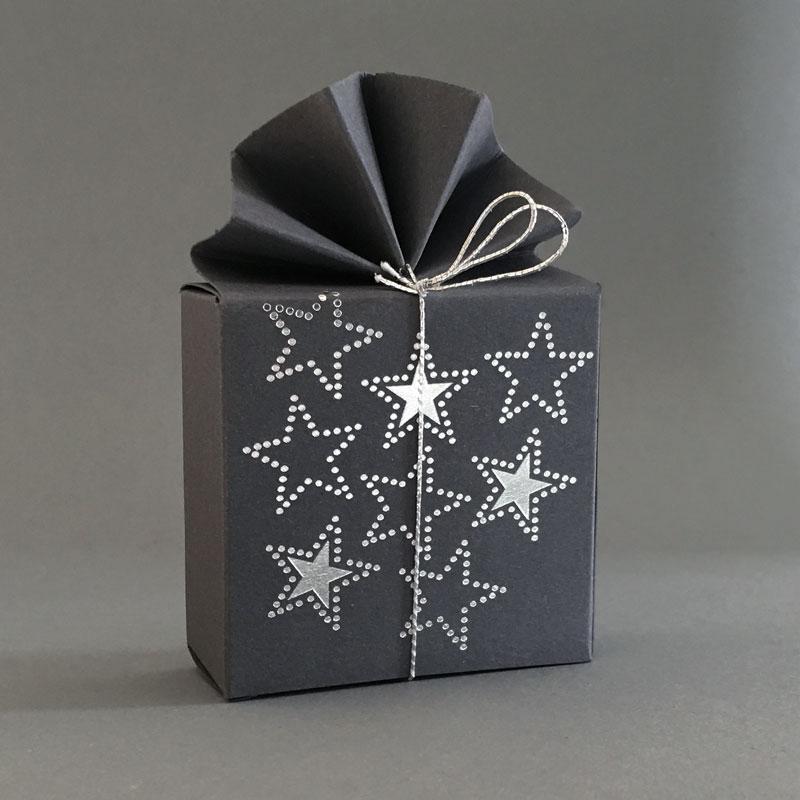 Geschenkschachtel FA2, mit silbernen Sternen, 6x6x3 cm