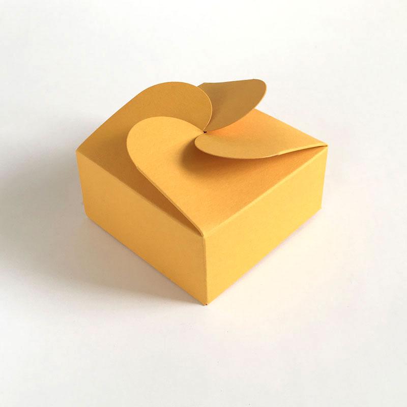 Geschenkschachtel-F4-gelb mit Rosettenverschluß